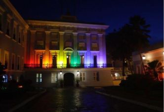 Iluminan la Fortaleza con colores LGBTT