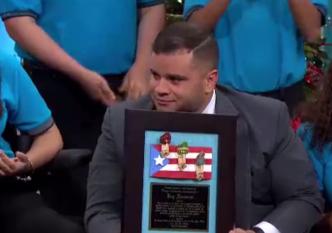 Jay se conmueve tras ser reconocido por escuela de San Lorenzo