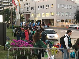 Cientos de estudiantes hacen fila por boletos de Hamilton