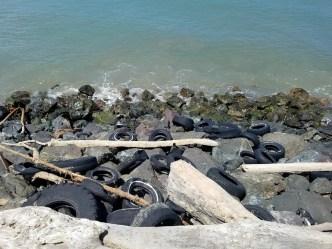 Cientos de gomas cubren la costa de Levittown