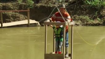 """Familias utilizan un """"zipline"""" casero para poder salir de sus casas"""