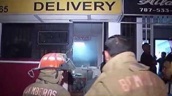 Bomberos combaten fuego en pizzería de Caguas