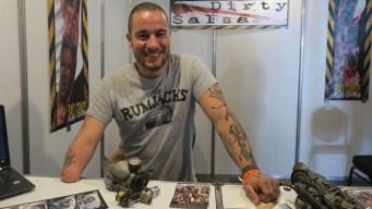 Tatuador con prótesis sorprende con su habilidad