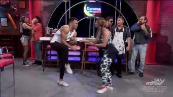 """Celoso Carlos con """"personal trainer"""" de Linda"""