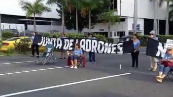 Manifestantes bloquean el paso en Hato Rey