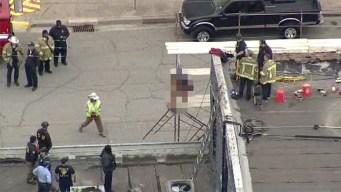 Horrendo: obrero muere electrocutado y queda colgado