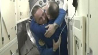 En video: increíbles abrazos a 248 millas de altura