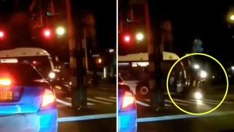 En video: autobús arrastra a vehículo por más de 20 pies
