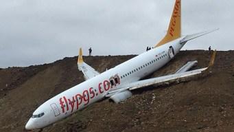 Avión con pasajeros sale de pista y termina en una ladera