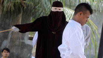 Terrible castigo en video: azotan a parejas en público