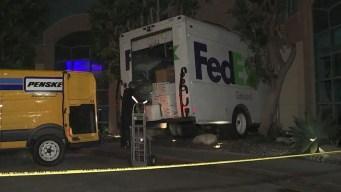 Camión de FedEx queda incrustado en un restaurante