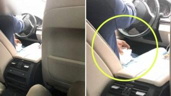 Chofer de Uber orina en un vaso frente a su pasajera
