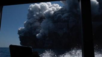 Volcán erupciona en Nueva Zelanda y causa muertes