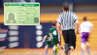 Árbitro escolar enciende polémica al pedir 'green card'