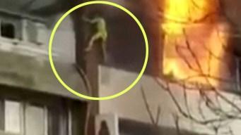En video: se lanzan de sexto piso para escapar incendio