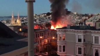 En video: feroces llamas devoran un edificio