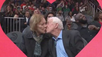 El beso del expresidente que conmovió a un estadio