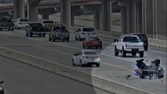 Captado en video: torpes oficiales chocan en autopista