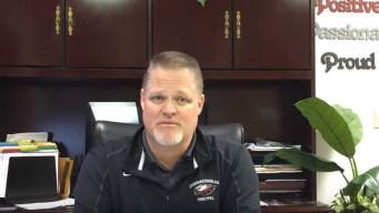 Director de escuela promete abrazar a cada estudiante