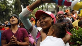 Caravana de migrantes avanza hacia frontera con EEUU