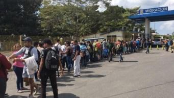 Autoridades mexicanas frenan por la fuerza a migrantes