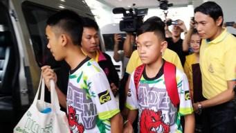Niños que estuvieron atrapados en cueva dejan hospital