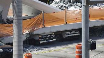 """Extraen 3 cuerpos de autos """"aplanados"""" por puente"""