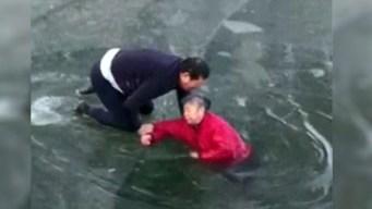 Se arriesga para salvar a anciana de morir congelada