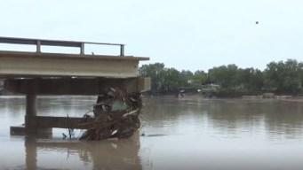 Texas: río desbordado arrasa con un puente