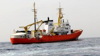 España abre sus puertas a buque de inmigrantes