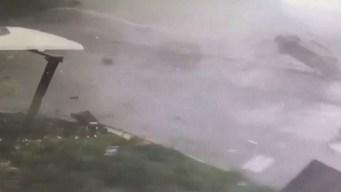 En video: autos vuelan por la furia de un tornado
