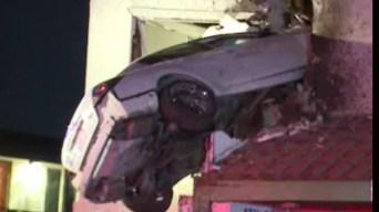 En video: auto vuela y queda clavado en segundo piso