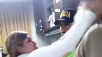 En cámara: mujer ataca a cachetazos a jefe policial