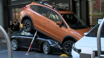 """Valet """"estaciona"""" costoso Porsche bajo una camioneta"""