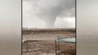 En video: descomunal tornado avanza amenazante