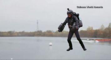 Vuela con turbinas en los brazos e implanta récord mundial