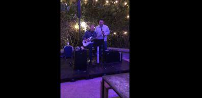 Ricardo Torres disfruta de su cumpleaños cantando