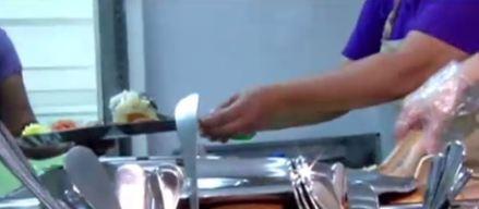 Comedores escolares bota montones de furgones de arroz