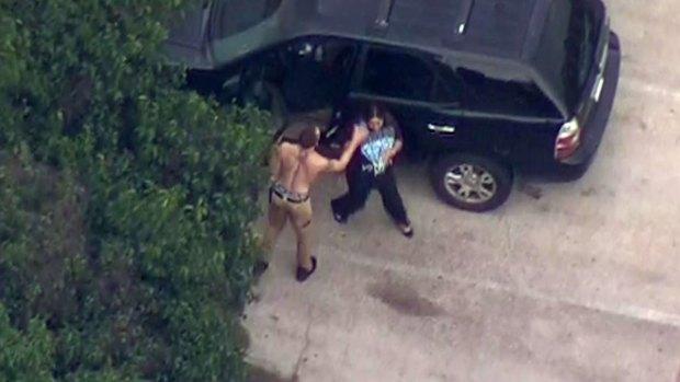 Captado en cámara: disparos, hombre armado y robo de auto en Dallas