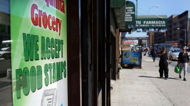 Según AP, consideran deportar a inmigrantes que reciben ayuda pública