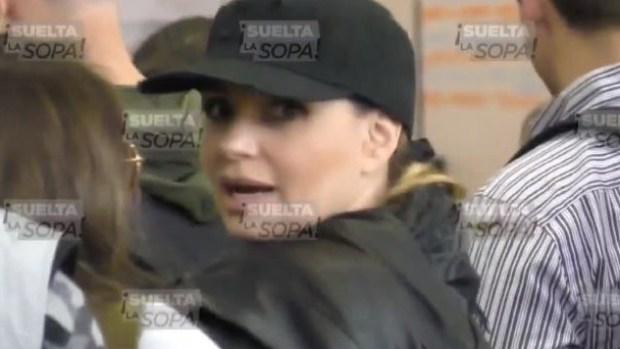Angélica Rivera es captada en aeropuerto sin privilegios ni seguridad