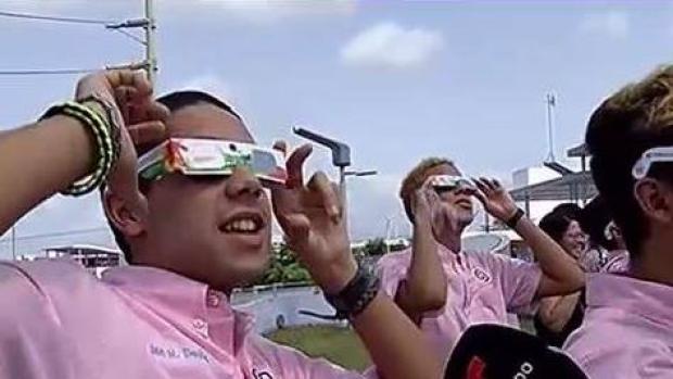 Emocionados jóvenes con el eclipse