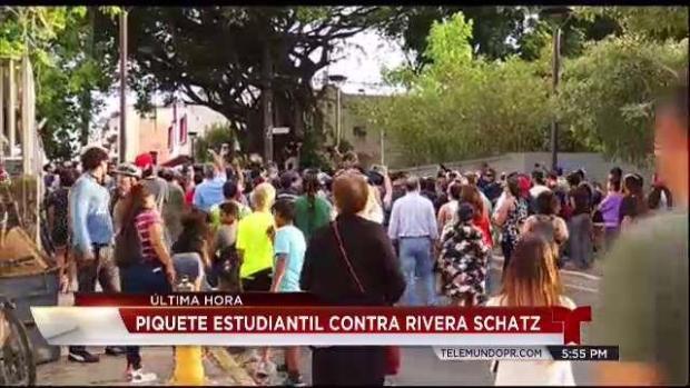 [TLMD - PR] Estudiantes lanzan piedras y botella contra Rivera Schatz