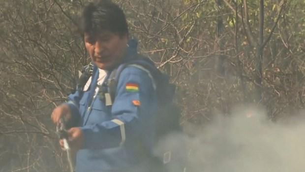 Presidente de Bolivia se une a los bomberos para controlar incendios