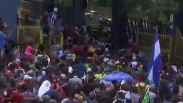 [TLMD - LV] Migrantes de la caravana ingresan a la fuerza a México