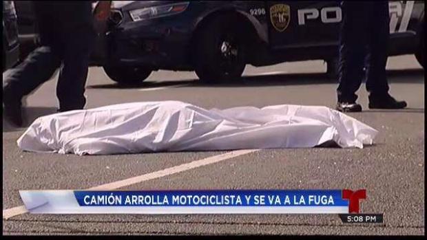 Camión arrolla a motociclista y se va la fuga