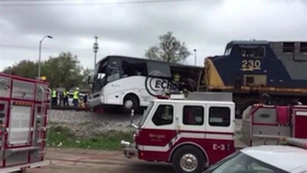 Muertos y heridos tras choque de tren y autobús