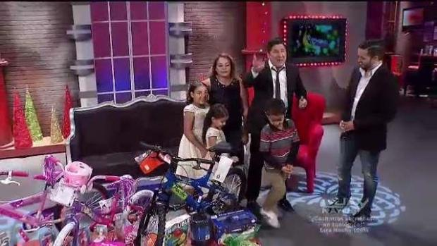 Familia recibe regalos de Navidad tras perder todo