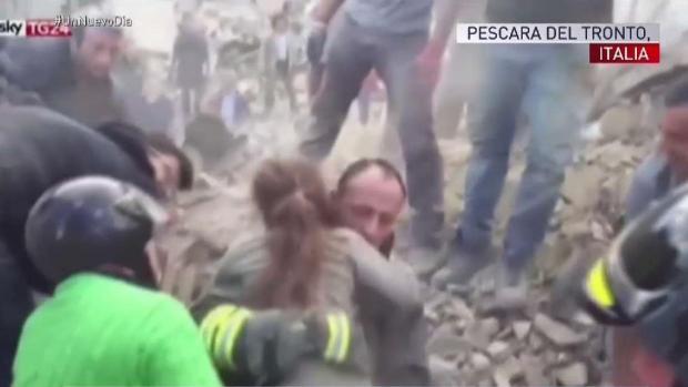 [TLMD - MIA] Rescatan a niña de escombros en Italia