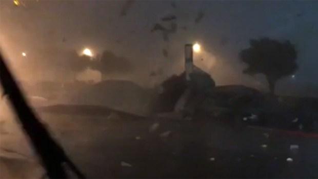 """Captado en vivo: techo de una bodega de Amazon """"sale volando"""""""